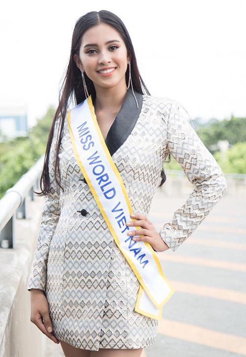Từ khi bắt đầu tham dự Hoa hậu Việt Nam đến sau khi đăng quang, Trần Tiểu Vy vẫn trung thành với một kiểu tóc duy nhất. Đó là mái tóc dài màu đen nguyên thủy, rẽ ngôi giữa. Kiểu tóc đơn giản này giúp Tiểu Vy khoe được vẻ đẹp nền nã đậm chất Á Đông, thể hiện sự dịu dàng trong tính cách, tuy nhiên đôi lúc cũng khiến cô nàng trở nên nhàm chán.