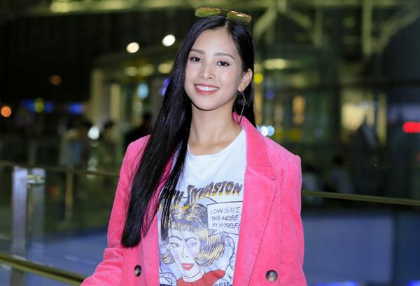 Dù là đi dự sự kiện hay mặc đồ năng động ra sân bay, Hoa hậu vẫn trung thành với mái tóc đen dài này, khiến hình ảnh có phần trở nên nhàm chán.