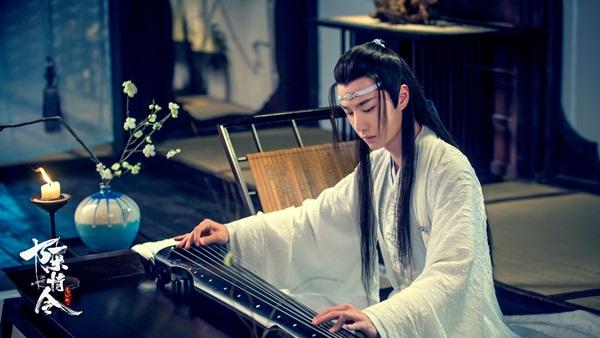 Vương Nhất Bác đóng Lam Vong Cơ. Nam diễn viên sinh năm 1997, là thành viên nhóm nhạc UNIQ, từng đóng Thanh đạm là mỹ vị nhân gian với Trần Kiều Ân.
