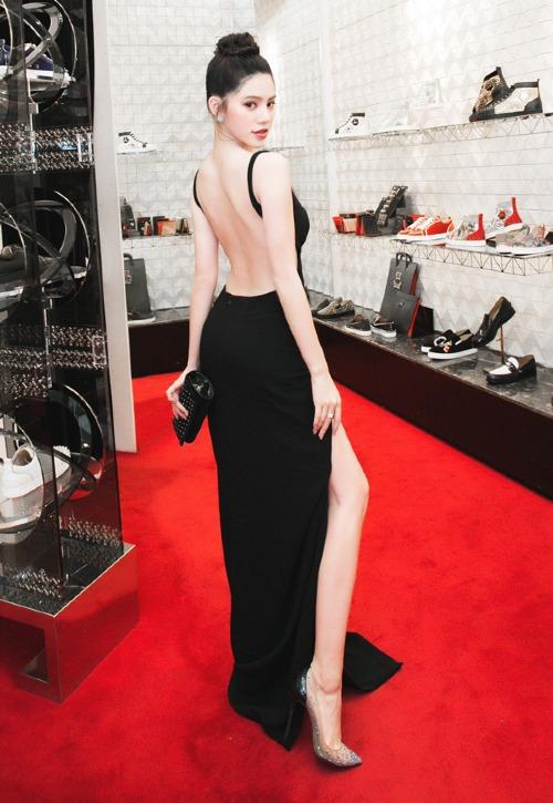 Người đẹp 9X không ngại khoe lưng trần nõn nà, chân thon dài trước ống kính. Cô chọn phụ kiện giày cao gót pha trong suốt cùng clutch cầm tay tiệp màu làm điểm nhấn cho tổng thể. Cách trang điểm, làm tóc sang trọng, tạo cho Jolie Nguyễn vẻ ngoài quý phái, thu hút mọi ánh nhìn.