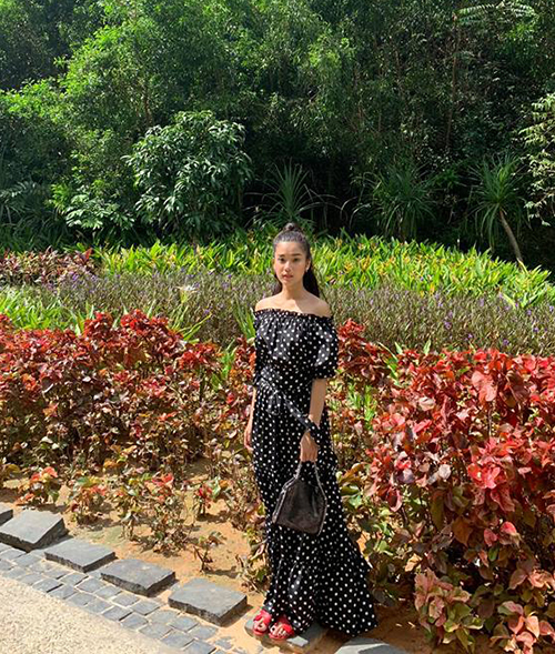Hoàng Yến Chibi hack chiều cao ảo diệu bằng chiếc váy maxi dài gần chấm đất.