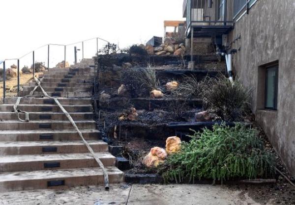 Bố dượng của Kim Kardashian may mắn hơn nhiều người khi lửa chỉ ảnh hưởng tới phía ngoài ngôi biệt thự.
