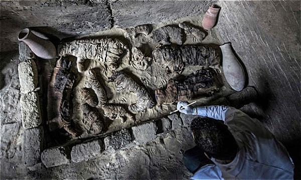 Bức tượng mèo và xác ướp được khai quật từ những ngôi mộ cổ ở rìa của kim tự tháp, phía nam thủ đô Cairo. Ảnh:AFP