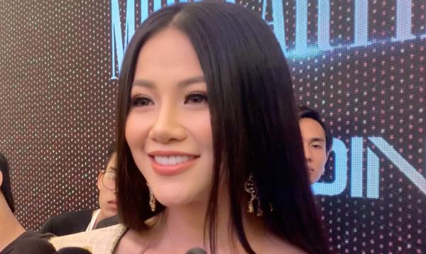 Phương Khánh trả lời báo chí khi về Việt Nam.