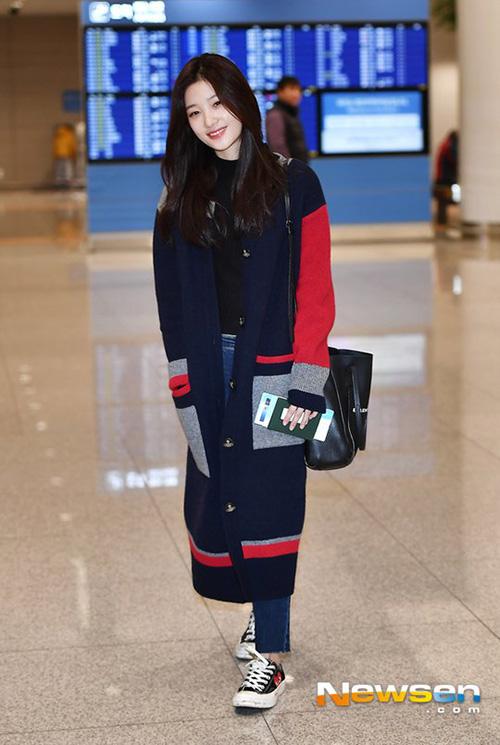 Khi về Hàn, thành viên DIA giữ ấm bằng áo cardigan dáng dài. Chae Yeon giản dị và đáng yêu như một sinh viên đại học.