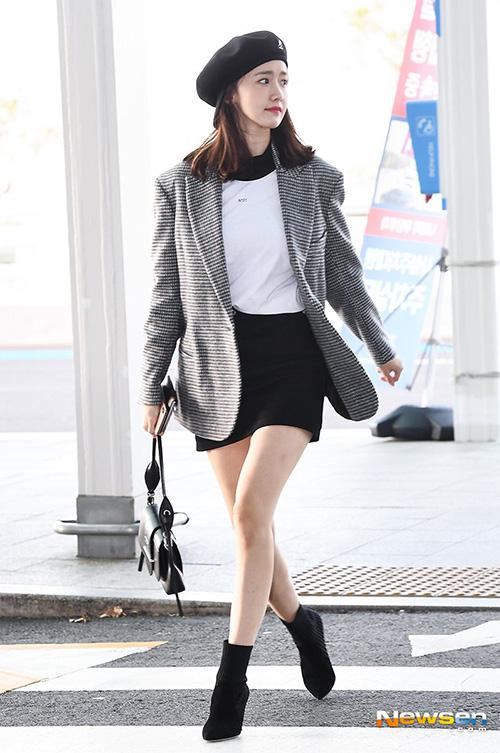Yoon Ah sang Đài Loan chuẩn bị cho concert. Nữ ca sĩ khoe chân thọn với chân váy ngắn.Mũ baker boy tiếp tục chứng tỏ sức hút, là phụ kiện đắt khách ở Hàn. Set đồ của thành viên SNSD chỉ có màu đen trắng tối giản, thanh lịch.