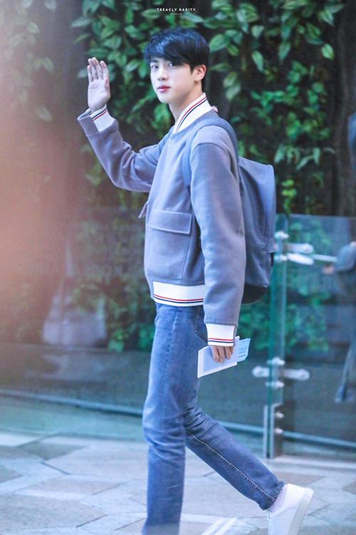 Yoon Ah tự tin khoe chân, Jung Kook gây khó hiểu với trang phục sân bay - page 2 - 1
