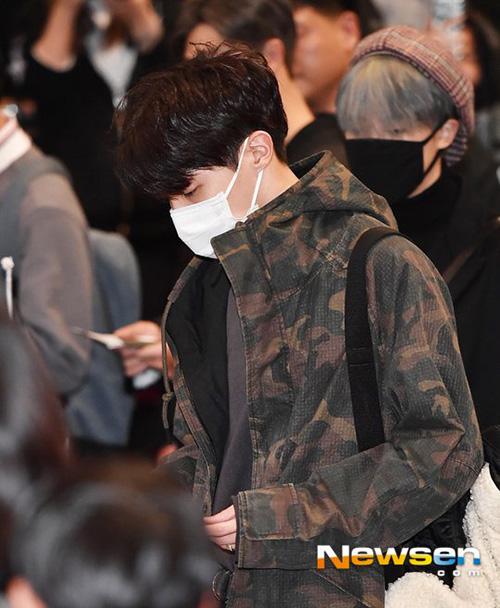 Yoon Ah tự tin khoe chân, Jung Kook gây khó hiểu với trang phục sân bay - page 2 - 2