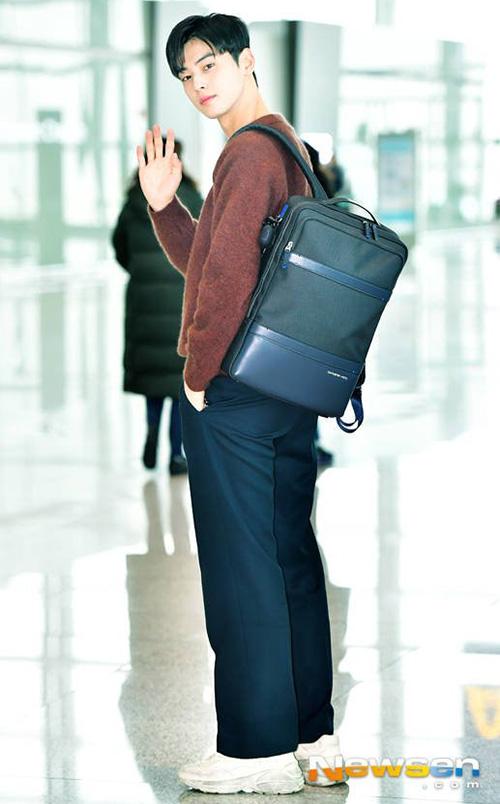 Cha Eun Woo trở thành đề tài hot nhờ tỉ lệ thân hình chuẩn, khuôn mặt hoàn hảo khi ra sân bay.