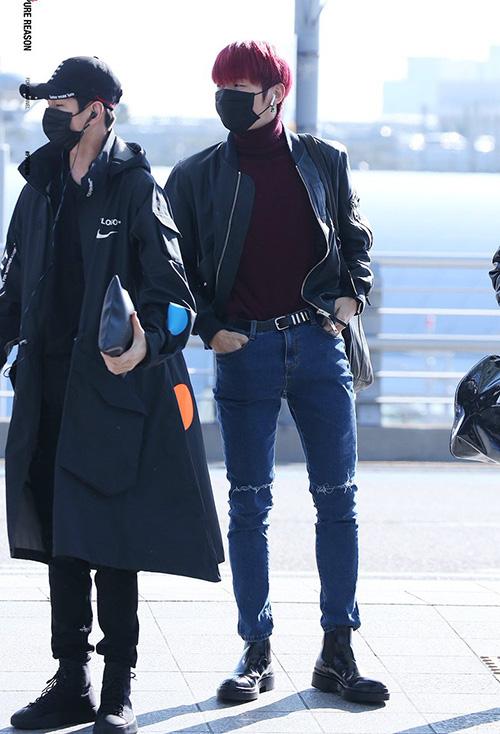 Kang Daniel khoe tỉ lệ cơ thể đáng nể, đôi chân dài miên man, bờ vai rộng. Mỹ nam mới nhuộm tóc đỏ để chuẩn bị cho đợt comeback.