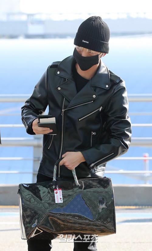 Bae Jin Young là idol cực quan tâm đến thời trang. Anh chàng sở hữu loạt phụ kiện hàng hiệu và thay đổi phong cách liên tục ở sân bay. Thành viên Wanna One cá tính với áo khoác da, quần jean và mũ len cùng màu.