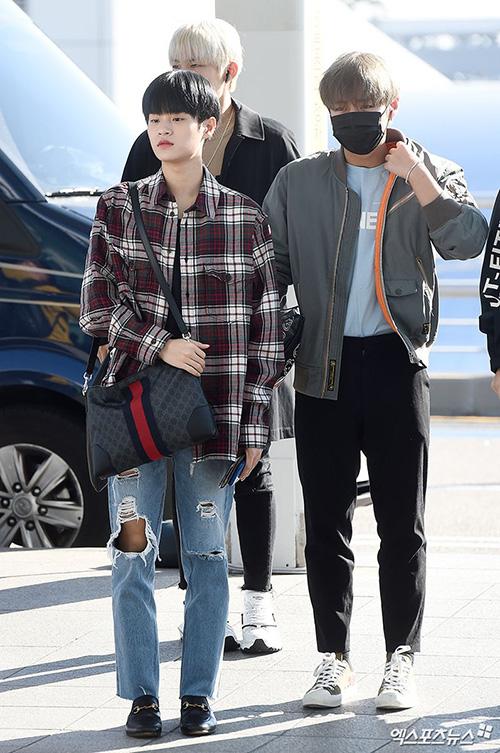 Lee Dae Hwi thích kiểu trang phục rộng rãi. Áo sơ mi kẻ dáng rộng được biết thành một chiếc áo khoác mỏng kết hợp quần jean rách bụi bặm. Mỹ nam sử dụng túi và giày của Gucci. Park Ji Hoon khoe bờ vai rộng với áo bomber.