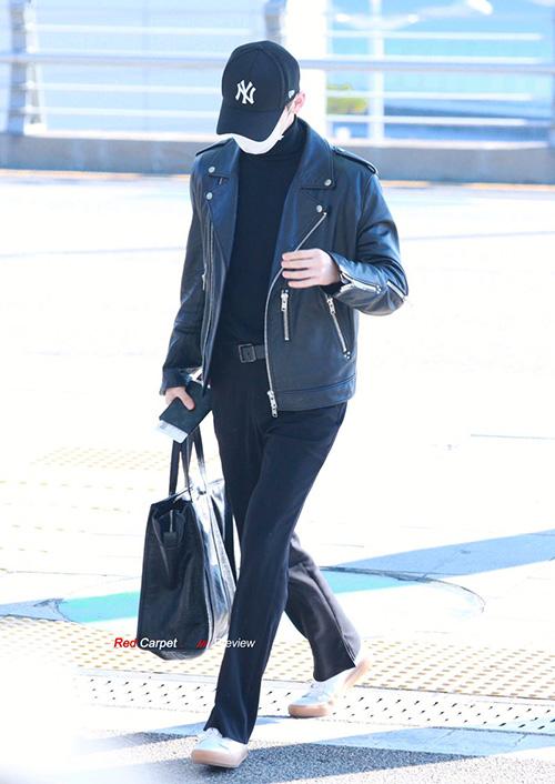 Hwang Min Hyun cũng mặc nguyên cả cây đen, áo khoác da giống cậu em Jin Young. Fan trêu chọc rằng hai anh chàng giống như đang mặc đồ đôi.
