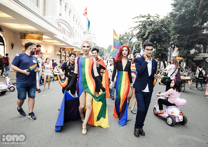 <p> Hanoi Pride luôn được xem là sự kiện lớn nhất của cộng đồng LGBT Hà Nội, nhằm xóa bỏ định kiến, phân biệt đối xử với LGBTQ tại Việt Nam, góp phần tạo không gian an toàn, tôn vinh sự khác biệt, lòng dũng cảm, sức mạnh của tình yêu và lòng khoan dung, cùng sự tôn trọng phẩm giá của tất cả mọi người.</p>
