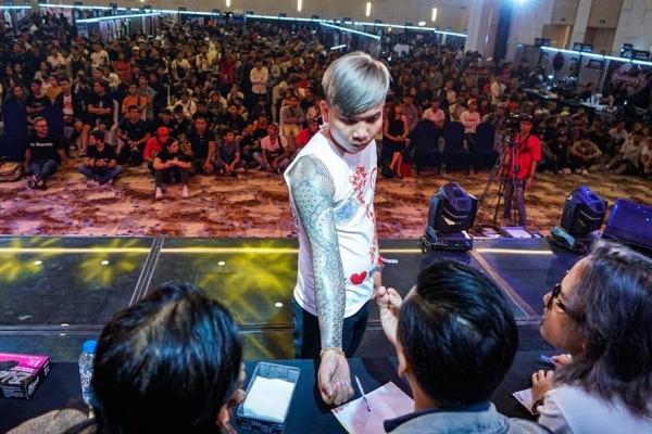 Lễ hội xămSaigon Tattoo Expo diễn ra ngày 10,11/11 vừa qua tại TP HCM quy tụ hàng trăm tín đồ yêu thích nghệ thuật xăm. Họ đã tề tựu,cùng chia sẻ niềm đam mênghệ thuật xăm và có những màn thi thố tay nghề với nhau.