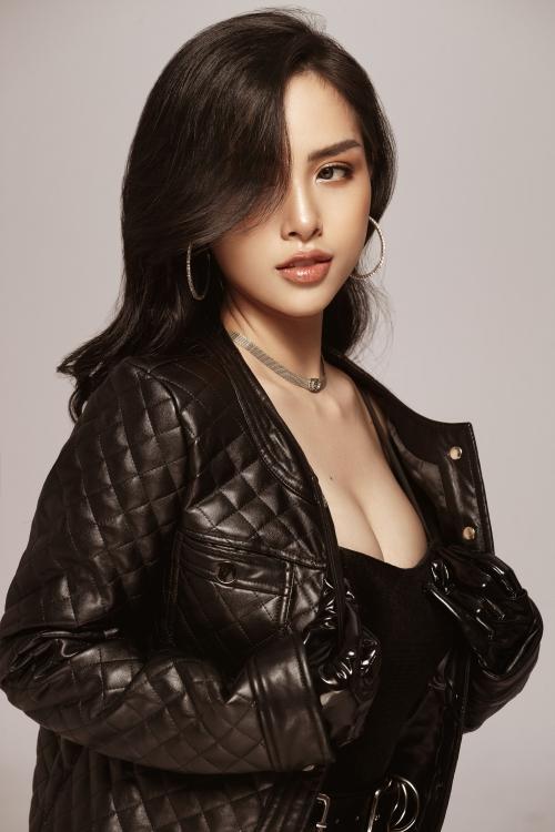 Bộ ảnh gần đây Trang Pilla thực hiện khoe vẻ gợi cảm, trẻ trung, hạnh phúc khiến nhiều người giật mình vì có nhiều nét giống Hoa hậu Trần Tiểu Vy.