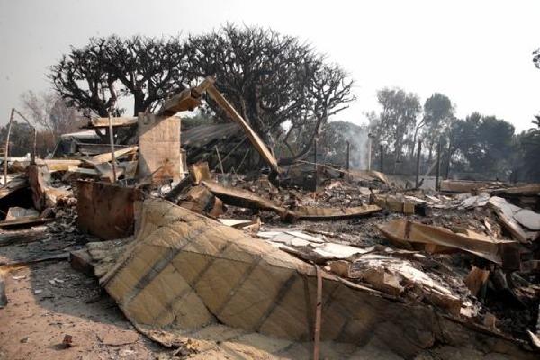 Cận cảnh ngôi nhà trị giá 2,4 triệu USD của Robin Thicke tan hoang sau đám cháy.