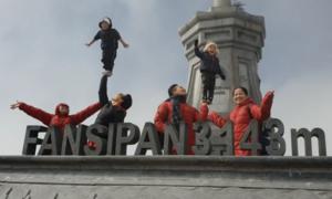 Nhóc tỳ nhà Quốc Cơ - Quốc Nghiệp giữ thăng bằng trên đỉnh Fansipan