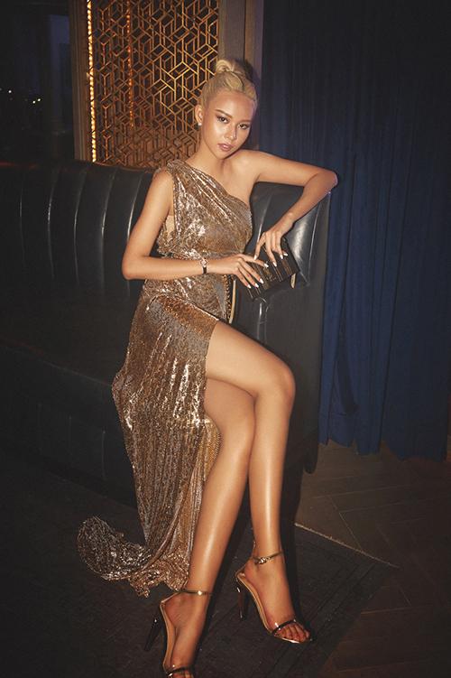 Góp mặt trong một sự kiện thời trang, Phí Phương Anhgây chú ý với vẻ ngoài nổi bật cùng bộ đầm ánh kim họa tiết da báo. Thiết kế xẻ đùi cao, lệch vaigiúp quán quân The Face khoe dáng mình hạc xương mai cùngđôi chân thon dài.Cô khéo léo kết hợp giày và phụ kiện cùng màu với trang phục để tăng thêm độ nổi bật, sang chảnh.