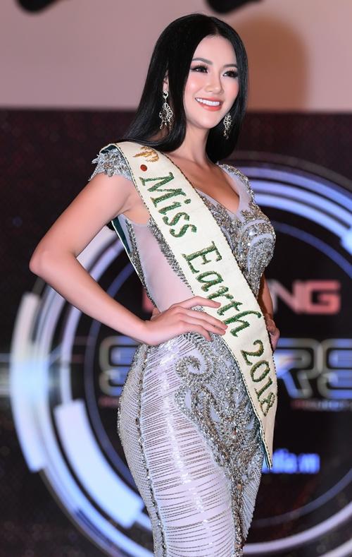 Phương Khánh khoe vẻ kiêu sa giữa sự kiện. Cô năm nay 24 tuổi, cao 1,72m, số đo 90-58-94 cm, đang theo học chuyên ngành marketing của Đại học Curtin, Singapore. Cô từng đoạt ngôi vị Á hậu 2 cuộc thi Hoa hậu Biển Việt Nam Toàn cầu 2018.