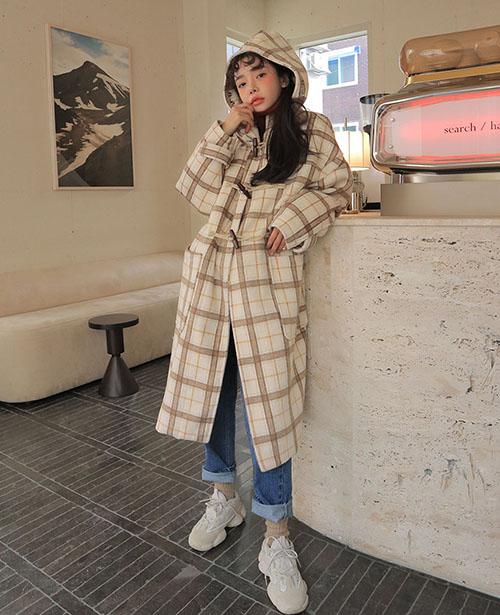 Chiếc áo khoác ấm áp trở thành điểm nhấn tốt giúp bạn có thể mặc bừa bất cứ thứ gì đi cùng mà vẫn đẹp.