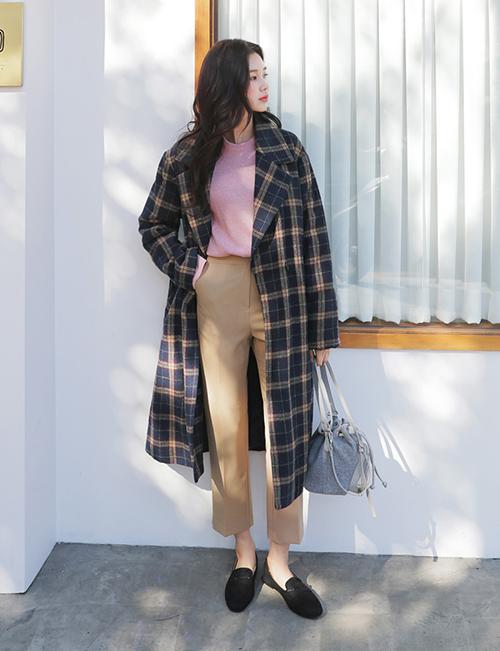 Bạn cũng nên sắm áo khoác dạ kẻ - một xu hướng được yêu thích năm nay. Với các thiết kế mang tông đất này, các cô nàng có thể dễ dàng chọn lựa quần áo kết hợp cùng, từ màu đen trắng đến be, đỏ... đều đẹp.