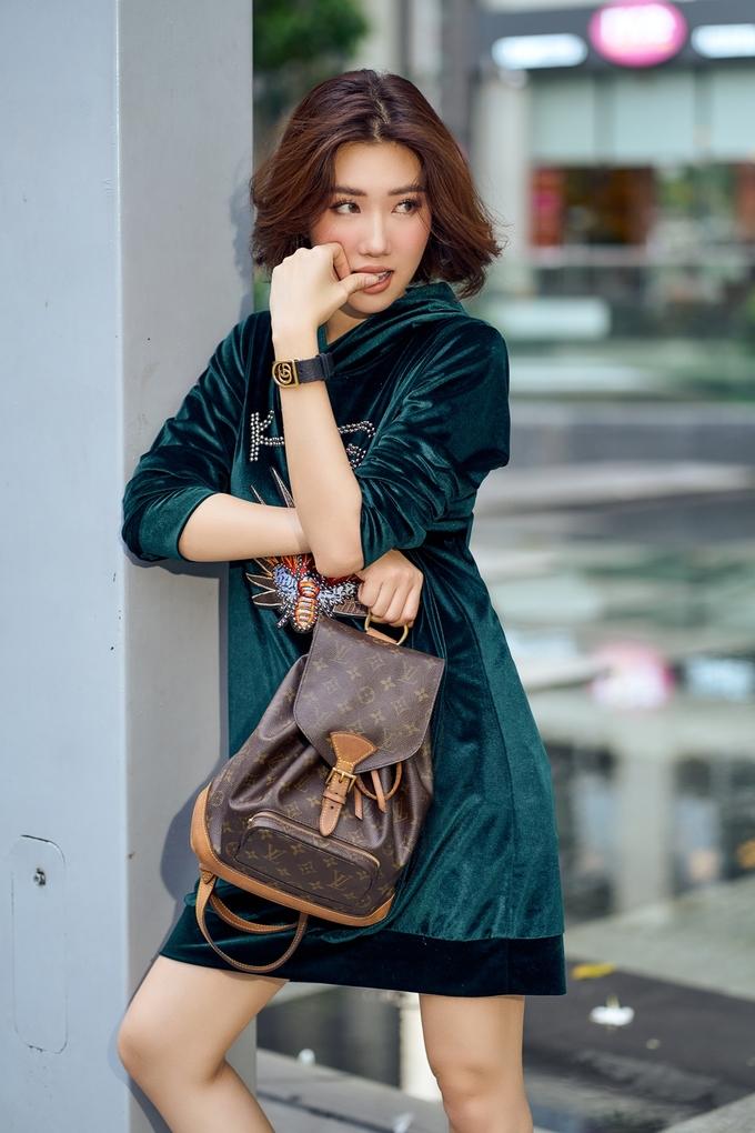 <p> Phong cách thời trang này do chính cô lên ý tưởng, bàn bạc với các cộng sự thay vì có stylist riêng.</p>