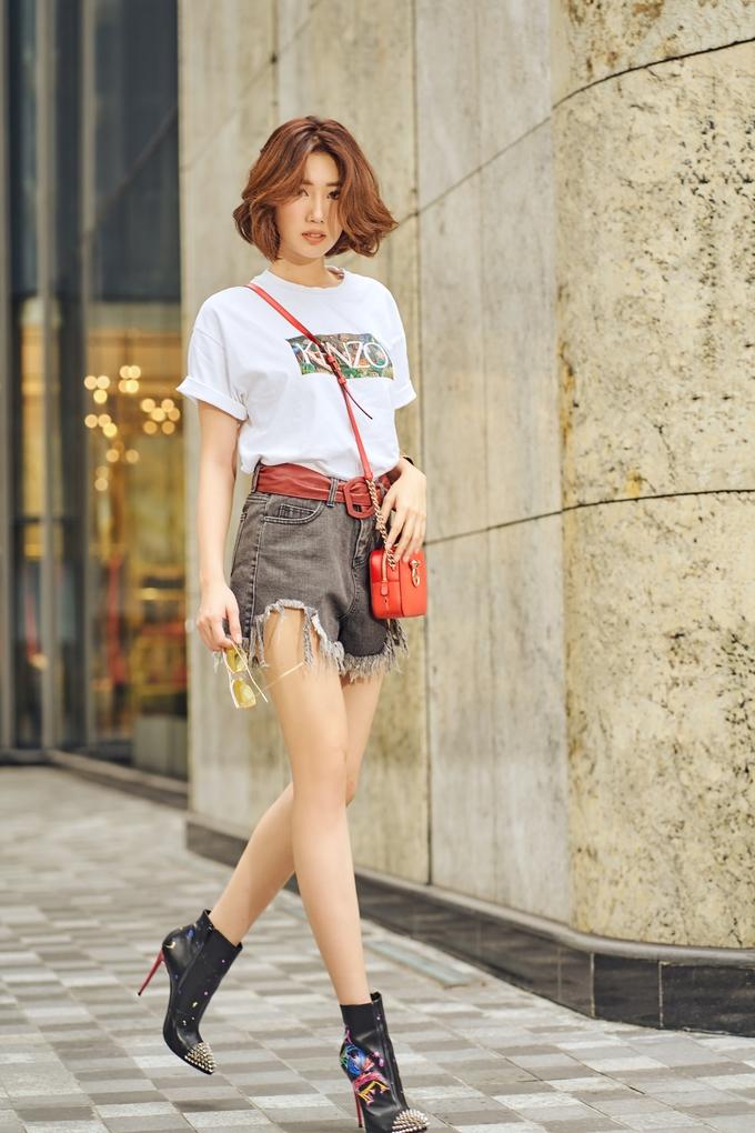 <p> Trong tiết trời thu mát mẻ của Sài Gòn, nữ diễn viên chọn trang phục trẻ trung để dạo phố.</p>