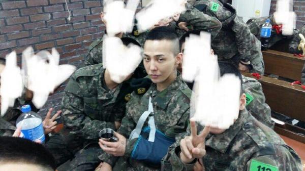 Tấm ảnh hiếm hoi của nam ca sĩtrong mái tóc húi cua thời mới nhập ngũtừngkhiến cộng đồng fan phát sốt.