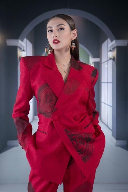 Kiểu suit độn vai của NTK Vũ Ngọc được cô phối hợp ăn ý cùng trang sức kim loại.