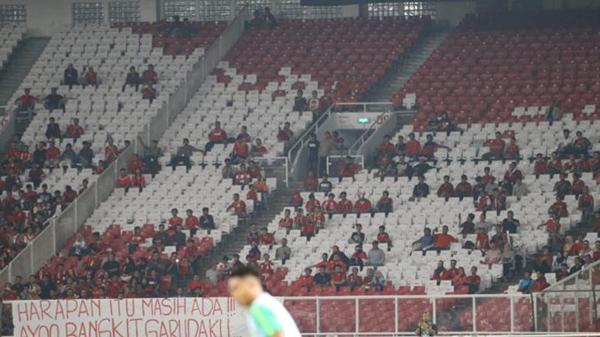 Khán đài sân vận động Bung Karno của Indonesia khá đìu hiu. Ảnh: Bolabob.