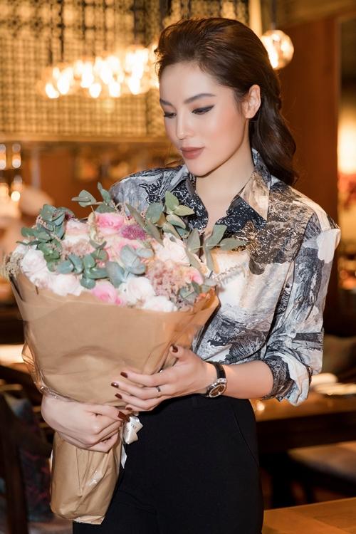 Kỳ Duyên diện cây hàng hiệu với trang phục của Buberry, đi giầy Givenchy kết hợp cùng phụ kiện đắt giá như túi Hermes và đồng hồ Hublot.