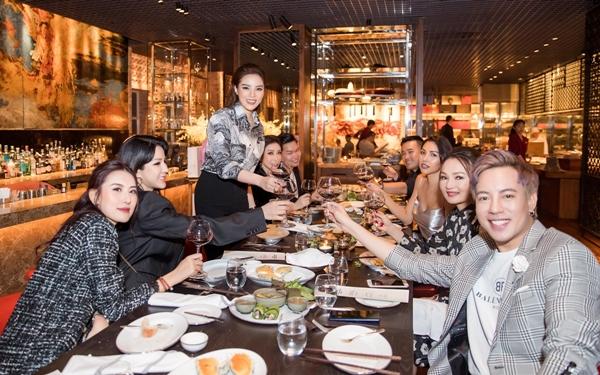 Tiệc sinh nhật của Hoa hậu Kỳ Duyên diễn ra tại một khách sạn 5 sao ở Sài Gòn tối 13/11 với chỉ hơn 10 người bạn thân thiết. Đây đều là những người đồng hành cùng cô trong chặng đường hoạt động nghệ thuật.