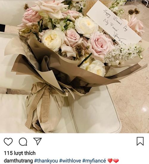 Ngày 20/10 gần đây, Cường Đô La có gửi kèm một tấm thiệp ghi dòng chữ: Happy Womens Day, my fiancé (tạm dịch: Chúc mừng ngày phụ nữ, vợ chưa cưới của anh) khiến Đàm Thu Trang hạnh phúc.