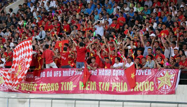 CĐV Việt Nam phủ đỏ khán đài trên sân vận động Lào gây ấn tượng truyền thông khu vực. Ảnh: Đức Đồng/ VnExpress.