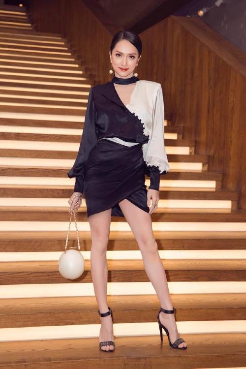 Mỹ nhân chuyển giới mix đồ tinh tế. Cô phối hợp đầm lụa cùng sandals quai ngang, bông tai ngọc traivà clutch của Chanel tiệp màu. Mái tóc vấn cao cũng tăng thêm nét quyền lực, quý phái cho Hoa hậu Chuyển giới Quốc tế 2018.