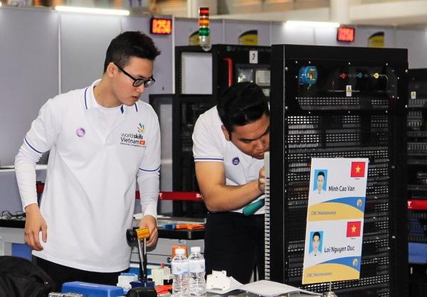 Trai đẹp mê máy móc cùng đồng đội thực hiện phần thi sửa chữa, lắp ráp thiết bị CNC cho một cỗ máy tại Kỳ thi tay nghề ASEAN ở Thái Lan đầu tháng 9 vừa qua.