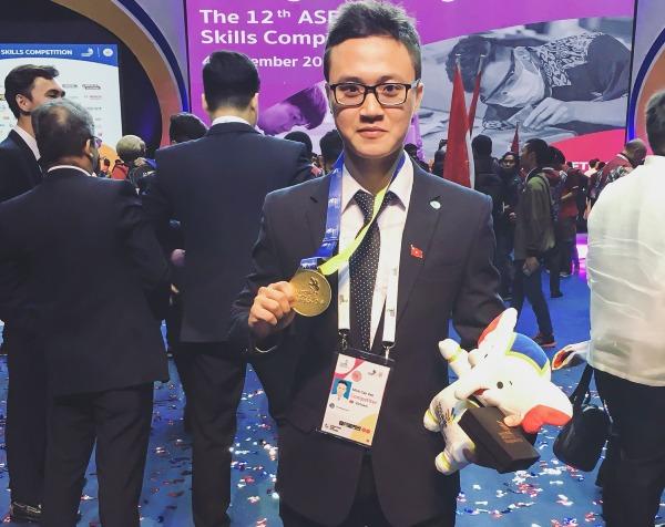 Cao Văn Minh khoe tấm huy chương vàng tại một cuộc thi quốc tế