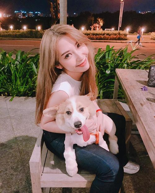 Khổng Tú Quỳnh nhí nhảnh khi bế chú cún cưng đi dạo đêm.