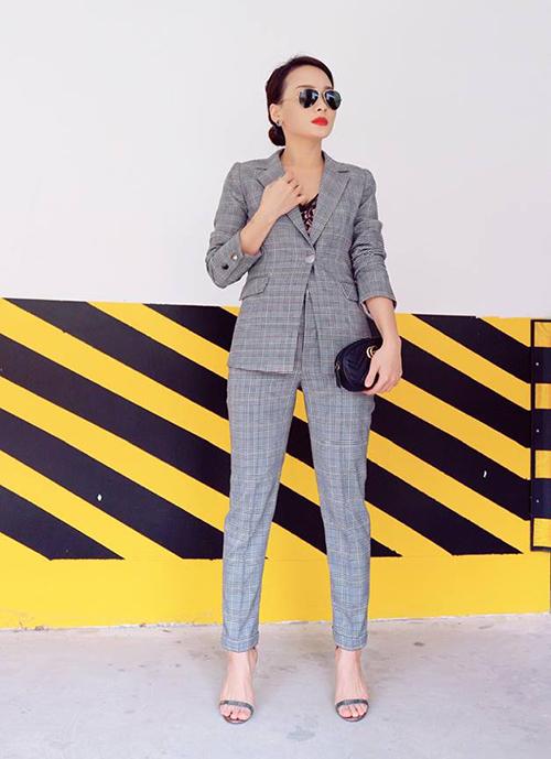 Bảo Thanh trông chững chạc khi diện cả cây suit, búi tóc và đeo kính râm cực ngầu.