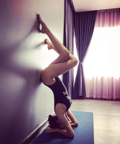 Lúc Bảo Anh ở nhà tập yoga, bodysuit Topshop lại thành trang phục rất gọn gàng cho cô nàngtha hồ khoe dáng.