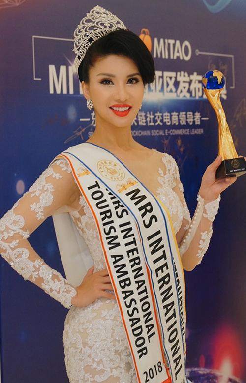 Cũng cùng ngày 3/11,Việt Nam ẵm thêm một chiếc vương miện tại Mrs International 2018. Tiếp viên hàng không Loan Vương chính là người đẹp được gọi tên cho ngôi vị Hoa hậu quý bà quốc tế.
