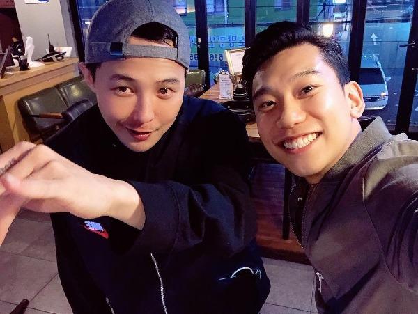 Ngày 13/11, cộng đồng V.I.P được phen bấn loạn khi những hình ảnh mới nhất của G-Dragon lan truyền trên mạng. Qua bức ảnh, fan bày tỏ vui mừng vì anh chàng đã béo lên, có da có thịt hơn hẳn so với trước đây.