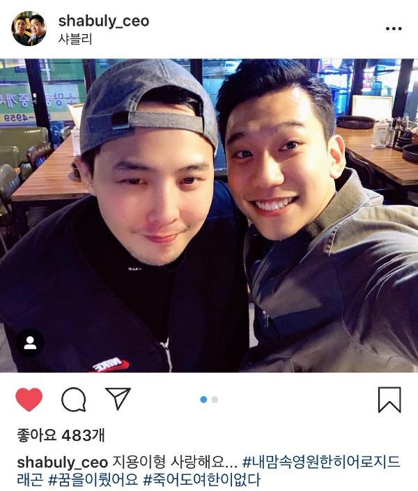Người chia sẻ những bức ảnh này là chủ một nhà hàng tại Seoul. Anh bày tỏ niềm vui khi được gặp G-Dragon ngoài đời thực và gọi trưởng nhóm Big Bang mãi là người hùng trong tim tôi. Đây cũng là những hình ảnh hiếm hoi đầu tiên của G-Dragon sau thời gian dài điều trị chấn thương mắt cá chân.