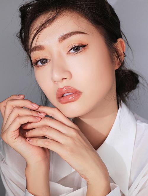 Nhằm tạo nên đôi môi đầy đặn, hấp dẫn nhất cho các người mẫu, hãng đã sử dụng cách tô son tràn viền, đánh son ra ngoài viền môi thật. Kết hợp cùng độ bóng cao, đôi môi của các người mẫu trông như bị sưng phồng, chưa tạo nên hiệu ứng thẩm mỹ. Trong hình là son màu Rosy - màu son được đánh giá là đẹp nhất BST.