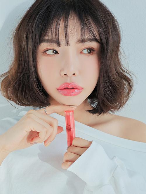 Vì các người mẫu vốn đã có đôi môi đầy đặn, việc dùng các hiệu ứng làm dày môi là không cần thiết. Một số bức hình phản tác dụng, bị chê là trông có phần đáng sợ. Màu son được người mẫu sử dụng trong hình quảng cáo này là Pink.