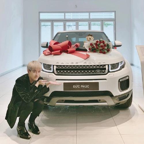 Chiều 14/11, Đức Phúckhoechiếc xe Range Rover Evoque phiên bản mới nhất có giáhơn 3 tỷ đồng mới sắm. Anh kể, mìnhdành dụm tiền từ việc chạy show, ca hát không có ngày nghỉ. Nam ca sĩ bỏ hoàn toàn tiền túi chứ không hề vay mượn hay có sự hỗ trợ giúp đỡ từ gia đình. Chia sẻ vớiiOne, Đức Phúc không giấu nổi sự hạnh phúc: Tôi vui vì đã có phương tiện đi lại, che nắng che mưa. Trước đây khi không có xe, tôi nhiều lần đi trễ vì phải chờ đợi taxi. Giờ thì yên tâm chạy show rồi!.
