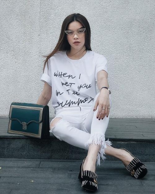 Nhìn Hà Hồ diện chiếc áo phông này, nhiều người lầm tưởng rằng cô đang mặc thiết kế xa xỉ của một thương hiệu đình đám nào đó. Tuy nhiên, đây là sản phẩm sáng tạo của một thương hiệu Việt với giá trị chưa đến 300 nghìn đồng. Giọng ca Em muốn anh đưa em về mix item này cùng quần jeans tiệp màu và giày đế xuồng của Gucci.