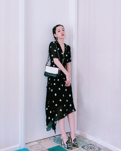 Chiếc đầm chấm bi của H&M có giá chưa đến 1,5 triệu đồng vừa tôn dáng hiệu quả, vừa giúp Chi Pu nổi bật chẳng thua kém lúc diện hàng hiệu đắt giá.