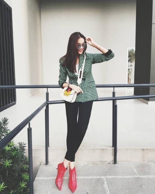 Trung thành với phong cách menswear, Thanh Hằng diện blazer kiểu dáng basic của Zara có giá gần 2,5 triệu đồng. Set đồ trở nên thời thượng khi HLV The Face phối hợp blazer cùng quần skinny, boots đỏ và túi hàng hiệu của Gucci.